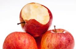 Одно красное яблоко biten  Стоковое Изображение RF