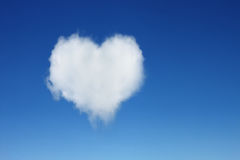 одно облако сердца форменное на голубом небе Стоковое фото RF