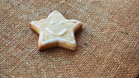Одно печенье рождества на текстуре #2 льна Стоковое Изображение