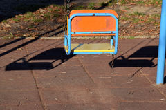 Одно пустое качание для детей в парке Стоковые Фото