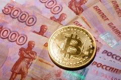 Одно Bitcoin на банкнотах русских рублей Стоковое Фото