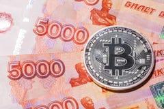 Одно Bitcoin на банкнотах русских рублей Стоковое фото RF