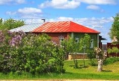 Одн-storeyed сельский деревянный дом Стоковое Изображение RF