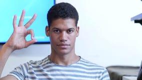 Одобренный знак молодым чернокожим человеком сток-видео
