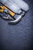 Олово чертежей конструкции отсекает молоток с раздвоенным хвостом плоскогубцев на задней части черноты Стоковые Изображения RF