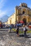 Одолженные ковры вне церков & вулкана, Антигуы, Гватемалы Стоковые Изображения RF