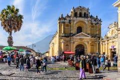 Одолженные ковры вне церков & вулкана, Антигуы, Гватемалы Стоковое Фото
