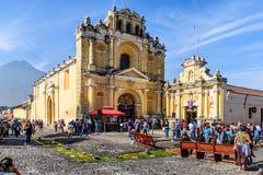 Одолженные ковры вне церков & вулкана, Антигуы, Гватемалы Стоковые Фотографии RF