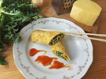 Одуванчик величает крены томата с сыром на плите Стоковое Изображение
