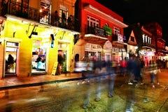 Пабы и бары с неоновыми светами во французском квартале, Новом Орлеане Луизиане стоковые фотографии rf