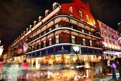 Пабы и бары с неоновыми светами во французском квартале, Новом Орлеане стоковое фото rf