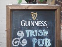 Паб Гиннесса ирландский подписывает внутри Гамбург Стоковые Фото