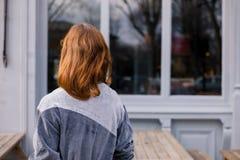 Паб молодой женщины стоящий внешний Стоковое Фото