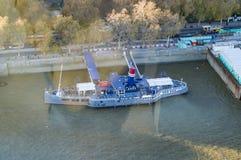 Паб на thames и круиз в реке стоковое изображение