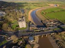 Паб ` s замка и Durty Нелли Bunratty, Ирландия - 31-ое января 2017: Вид с воздуха ` s Ирландии большинств известный замок и ирлан стоковое фото rf