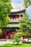"""Павильон в саде мира и сработанности Знак около павильона говорит что """"вы можете повиснуть замок здесь для удачи """"Пекин, Китай стоковые изображения rf"""