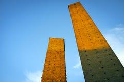 Павия: средневековые башни на заходе солнца мать 2 изображения дочей цвета Стоковая Фотография RF