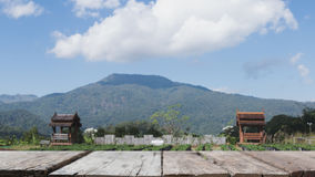 павильон в парке с горным видом & x28; image& x29 нерезкости; с selec стоковая фотография