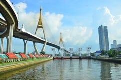 Павильон для расслабляющего портового района под мостом Bhumibol Стоковые Фотографии RF