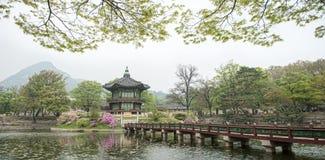 Павильон Hyangwonjeong шестиугольный дворца Gyeongbokgung в Сеуле, Корее Раскрытый королевской командой короля Gojong в 1873 стоковое изображение