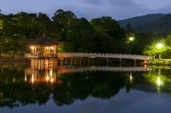Павильон Ukimido и отражения в озере, Nara, Японии Стоковые Изображения RF