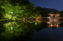 Павильон Ukimido и отражения в озере, Nara, Японии Стоковая Фотография RF