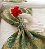 Павлин от полотенца на кровати Стоковые Изображения RF
