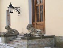 Павловск 2 каменных льва на крылечке большого дворца Стоковая Фотография