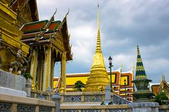 Пагода буддийского виска в Бангкоке в пасмурном дне стоковое изображение rf