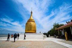 Пагода Buphaya Paya против голубого неба золотая пагода расположенная в Bagan в Мьянме около реки Irrawaddy стоковые фото