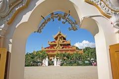 Пагоды белизны, красного цвета и золота в Мандалае, Мьянме Стоковая Фотография