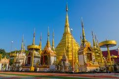 Пагода золота в Wat Phra Borommathat Bantak Стоковая Фотография