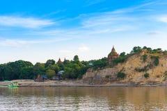Пагода на банке реки Irrawaddy, Мандалая, Мьянмы, Бирмы Путешествие от Мандалая к Bagan Скопируйте космос для текста стоковое фото