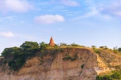 Пагода на банке реки Irrawaddy, Мандалая, Мьянмы, Бирмы Путешествие от Мандалая к Bagan Скопируйте космос для текста стоковая фотография