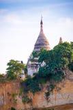 Пагода на банке реки Irrawaddy, Мандалая, Мьянмы, Бирмы Путешествие от Мандалая к Bagan Скопируйте космос для текста стоковое изображение