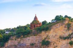 Пагода на банке реки Irrawaddy, Мандалая, Мьянмы, Бирмы Путешествие от Мандалая к Bagan Скопируйте космос для текста стоковое фото rf