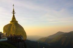 Пагода Kyaiktiyo в раннем утре стоковая фотография rf