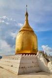 Пагода Paya бушеля золотая на реке в старом Bagan Стоковые Фотографии RF