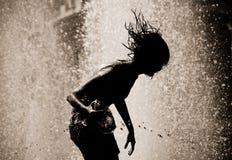 падает силуэт девушки фонтана Стоковые Фотографии RF