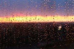 падает стеклянное окно воды дождя Небо с облаками и солнцем на предпосылке Стоковая Фотография
