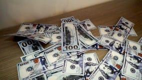 Падающ 100 долларов крупного плана банкнот видеоматериал