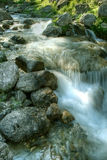 падая гора трясет воду Стоковые Фотографии RF