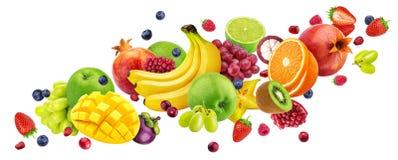 Падая фруктовый салат изолированный на белой предпосылке с путем клиппирования, плодами летая и собранием ягод стоковые изображения