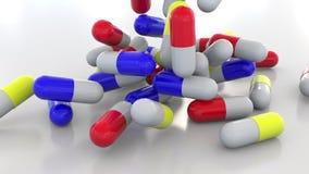 Падая multicolor капсулы или пилюльки лекарства перевод 3d Стоковое фото RF