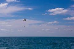 падая parachutists от вертолета Стоковые Изображения RF