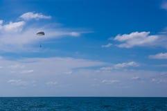 падая parachutists от вертолета Стоковое фото RF