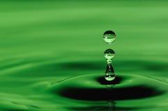Падение воды в зеленом цвете стоковая фотография rf