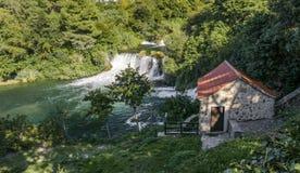 Падение воды Krka с домом Стоковые Изображения RF