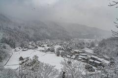 Падение в провинциальный город на стране, сезон снега зимы стоковые фотографии rf