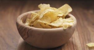 Падение картофельной стружки крупного плана в шар Стоковые Фотографии RF